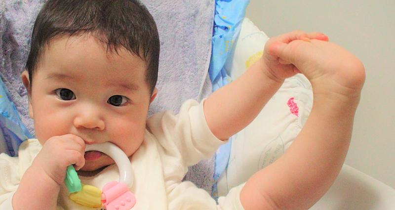赤ちゃんの「えびぞり・のけぞり」で抱っこが大変!原因と対処法は?